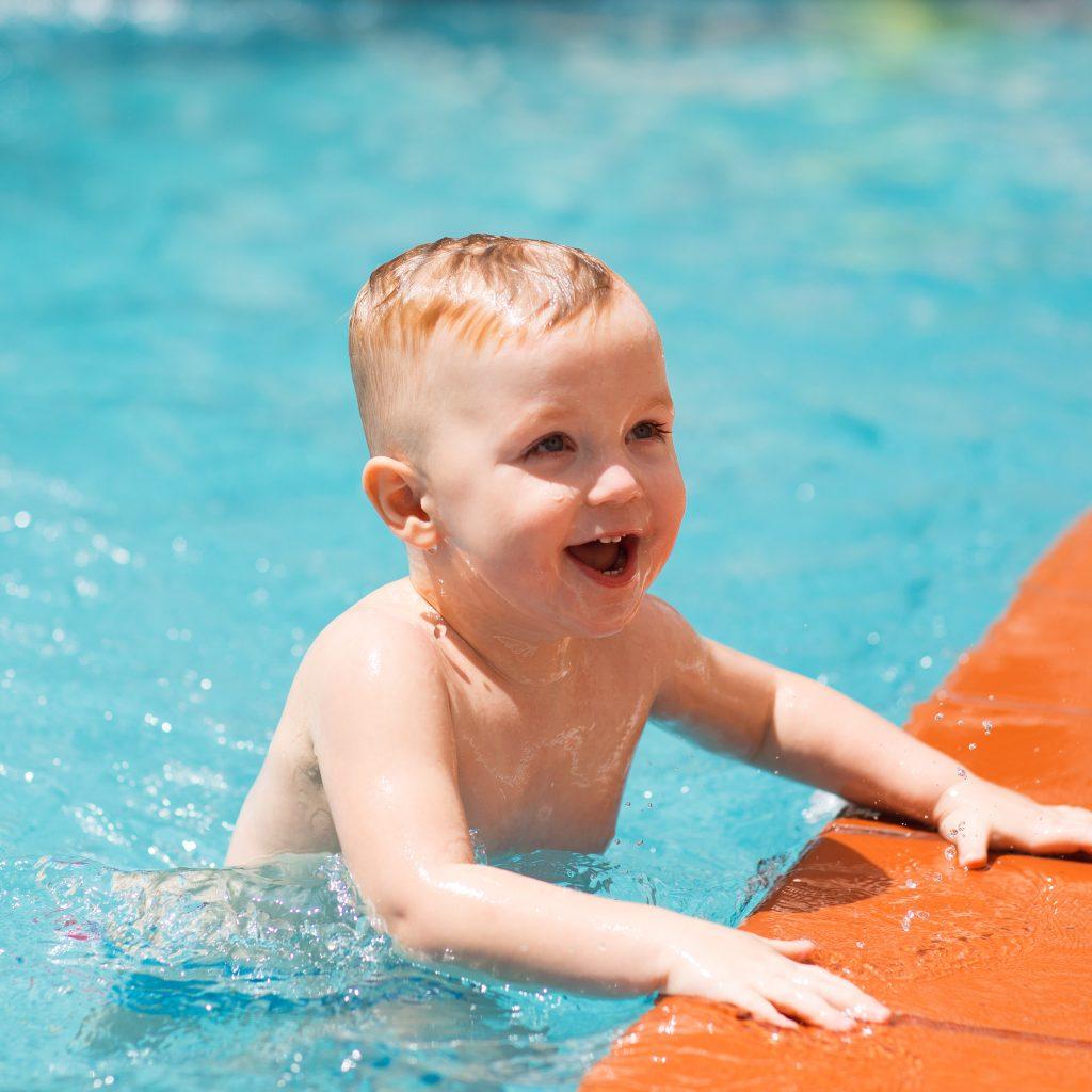 Niño feliz en piscina