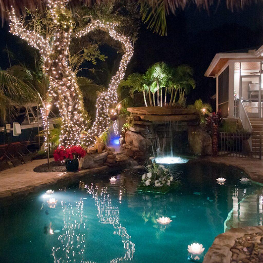 Velas flotantes en la piscina