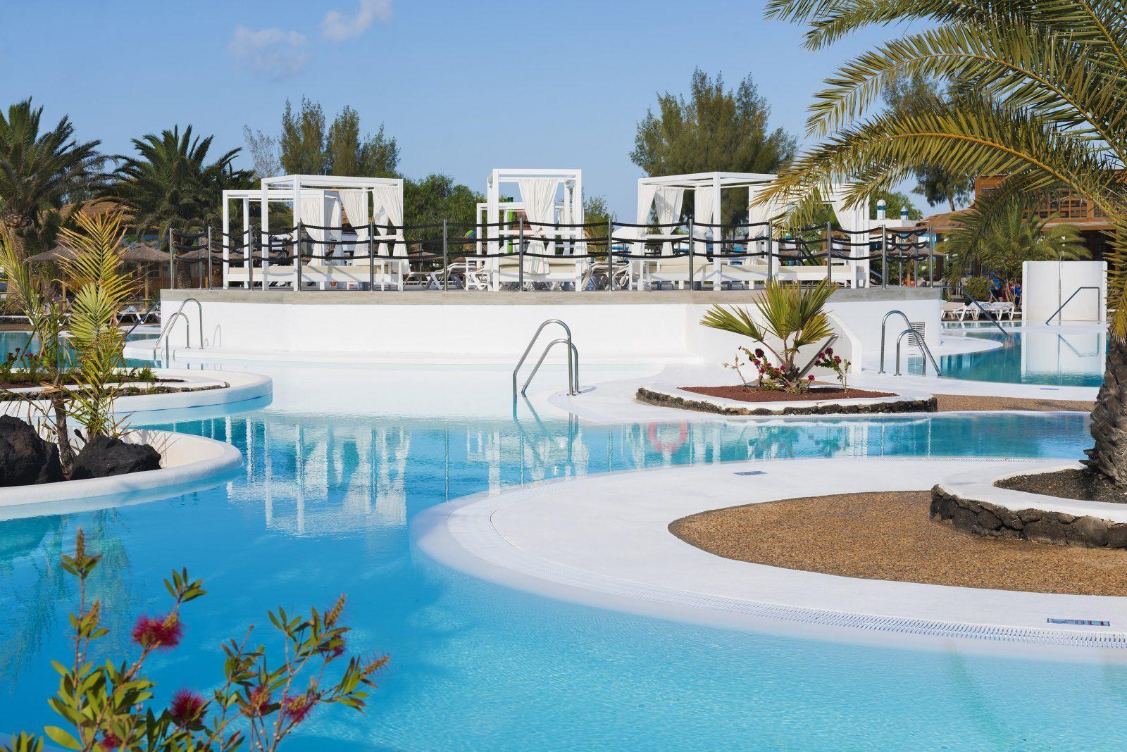 Camas balinesas piscinas