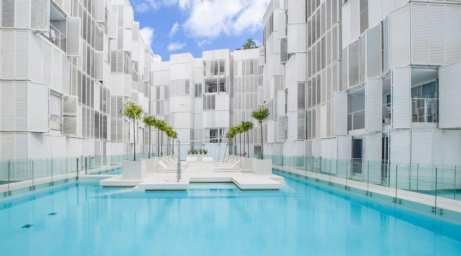 El blanco convertido en lujo – Patio Blanco Ibiza - Hidroingenia